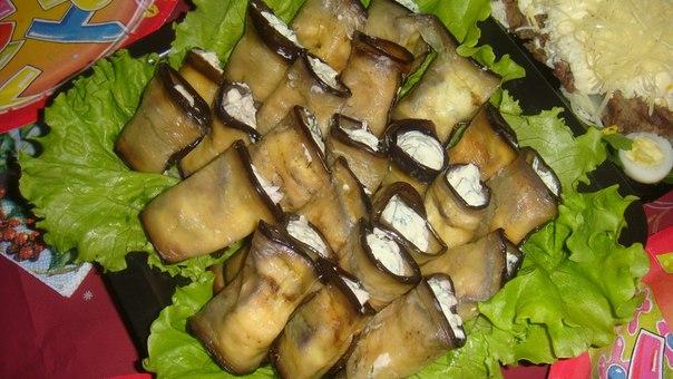 Кулинарной плёнкой небольшой округлый салатник и выложить на дно внахлёст веером обжаренные баклажаны так, чтобы